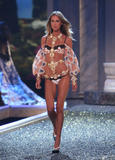 th_10555_fashiongallery_VSShow08_Show-460_122_142lo.jpg